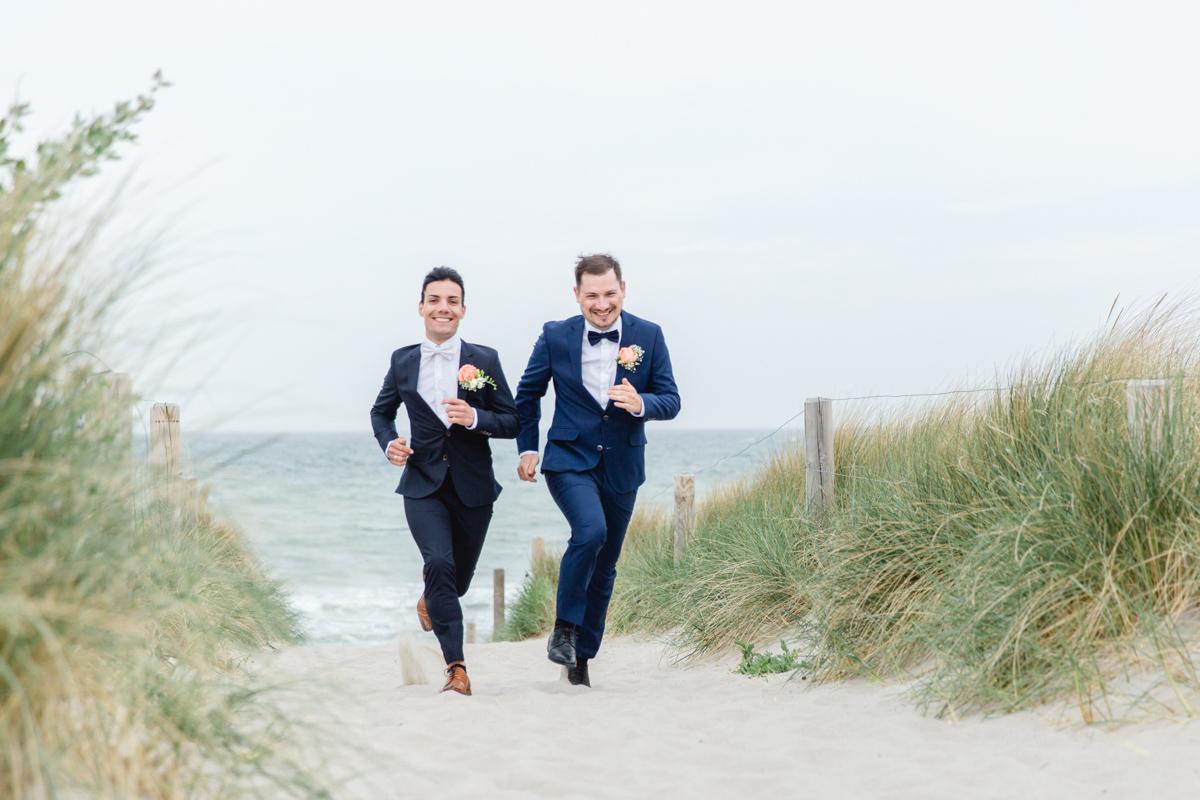 Zwei Männer bei ihrem Hochzeitsfotoshooting.