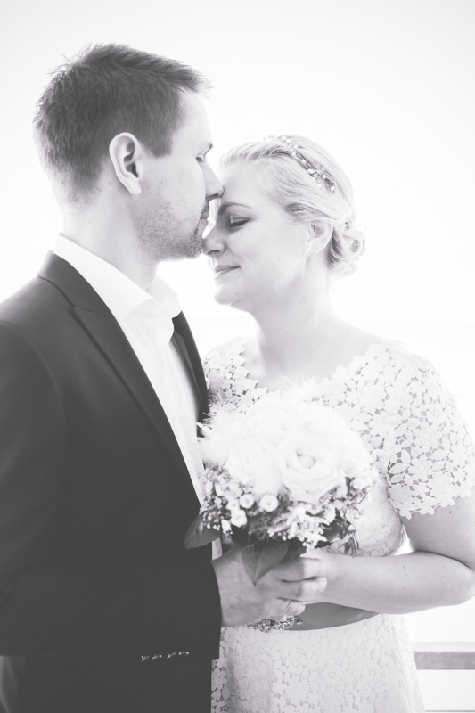 Schwarz weiß Foto eines Brautpaares.