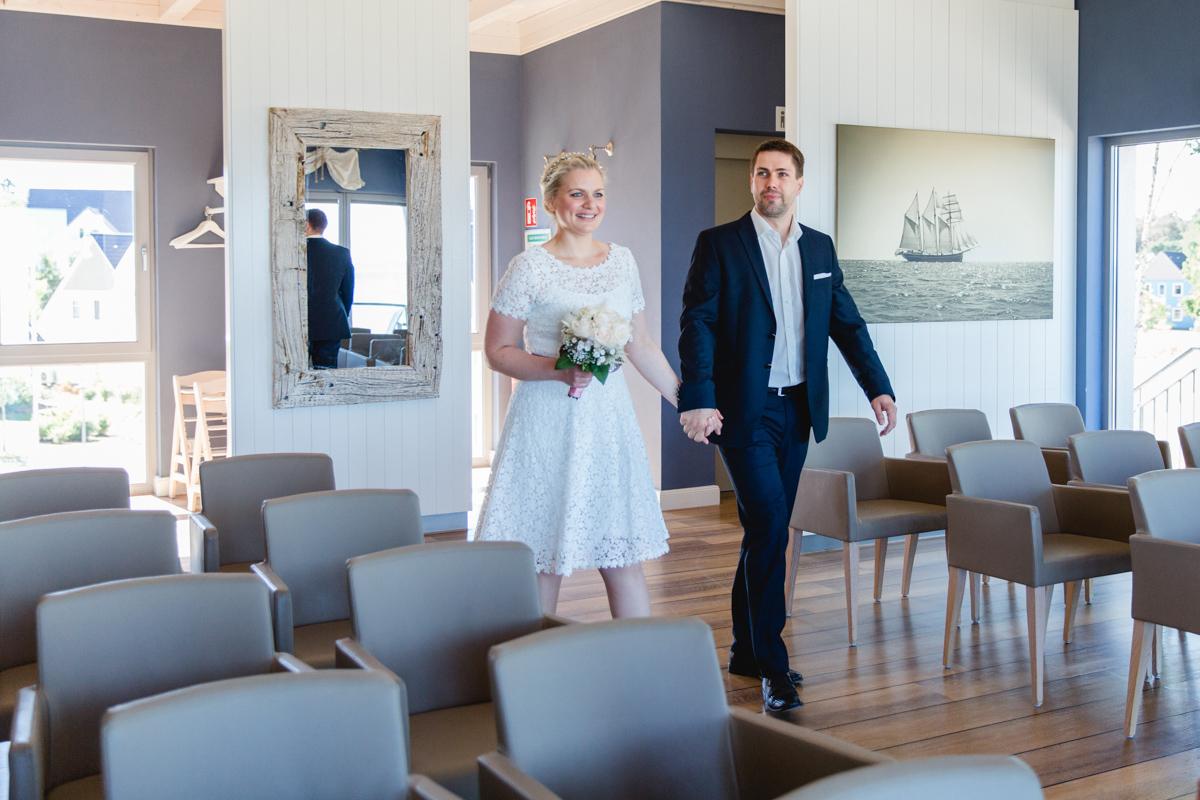 Brautpaar beim Einzug ins Standesamt Markgrafenheide.