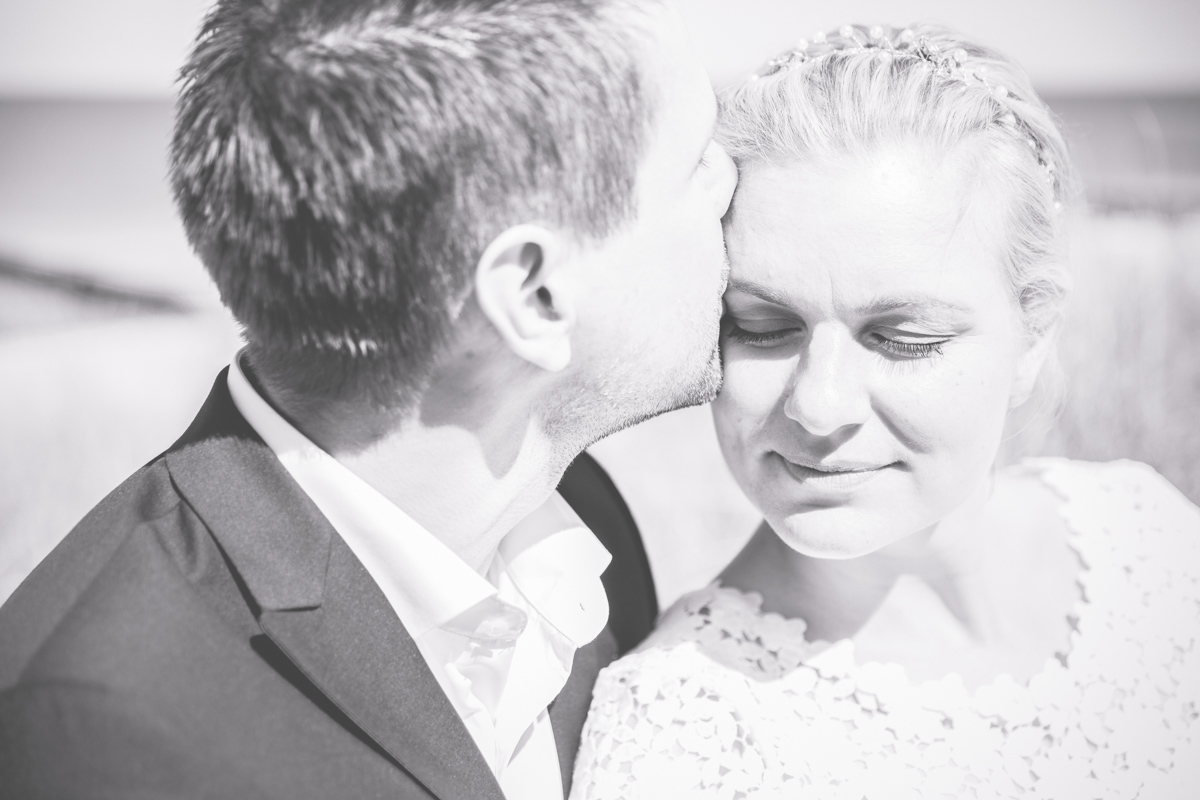 Bräutigam küsst Braut.