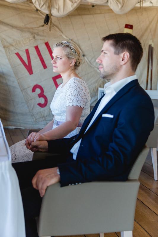 Braut und Bräutigam während der Trauung.