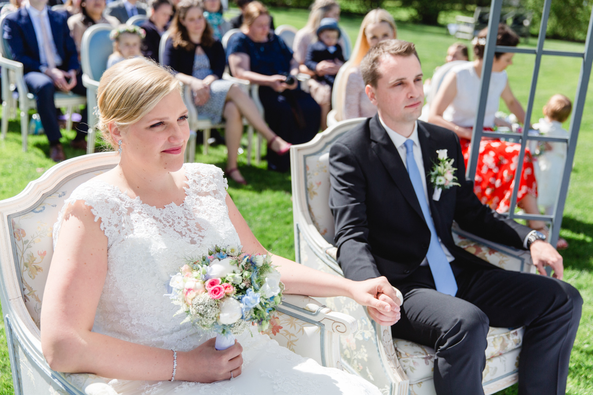 Verliebtes Brautpaar während der Trauung in Heiligendamm.