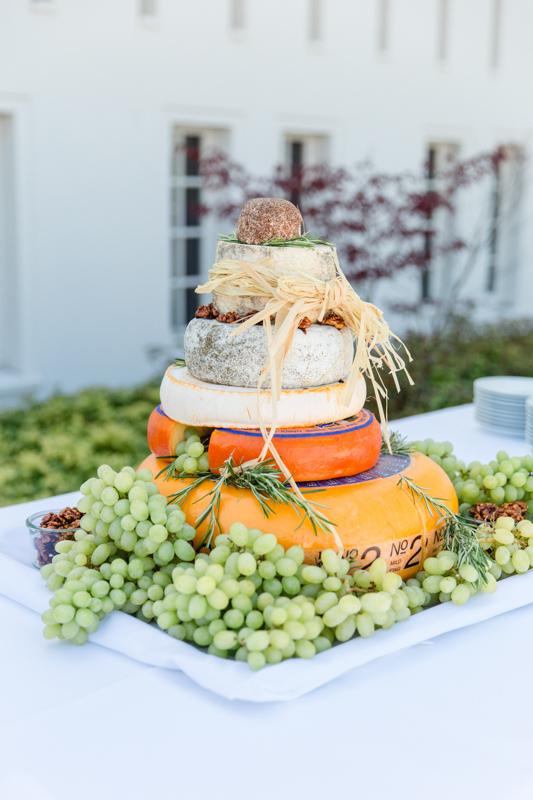 Hochzeitsfoto einer Käsetorte.
