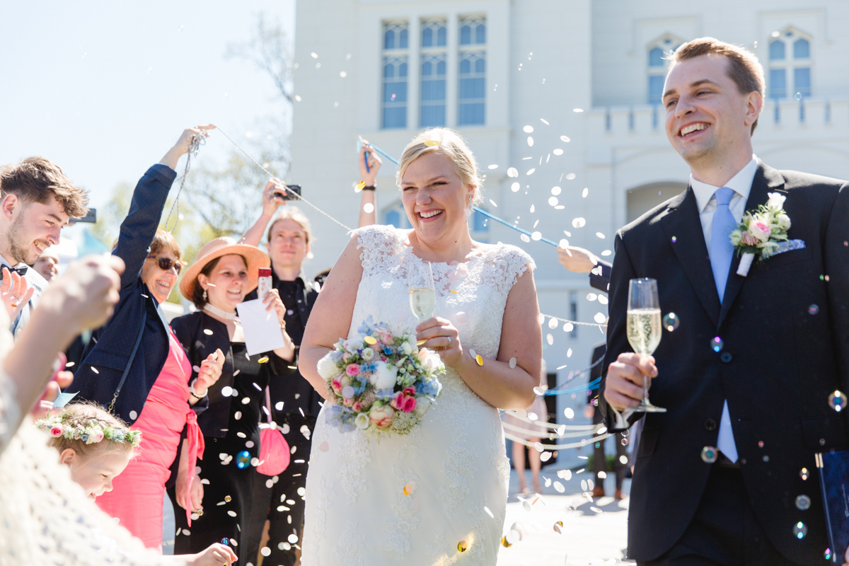 Glückliches Brautpaar nach der Trauung in Heiligendamm.