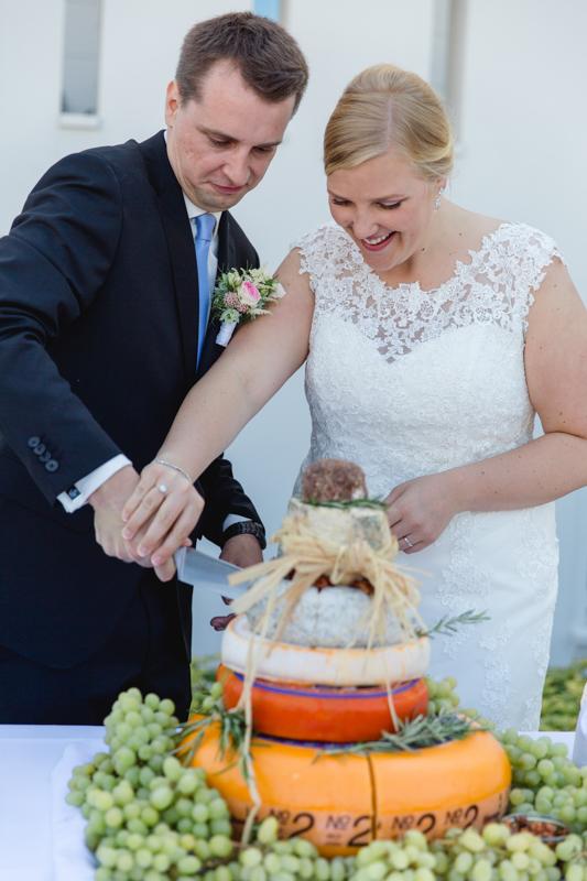 Anschnitt der Hochzeitstorte.