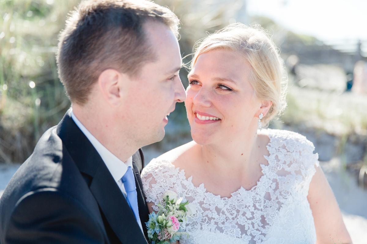 Verliebte Blicke zwischen dem Brautpaar.