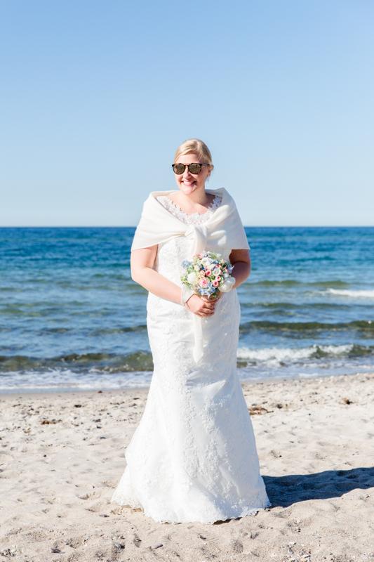 Hochzeitsfoto einer Braut am Strand in Heiligendamm.