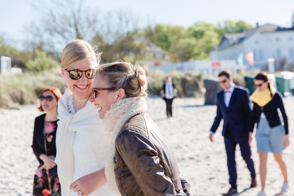 Strandspaziergang mit der Hochzeitsgesellschaft.