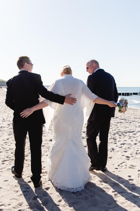Braut mit ihrem Bräutigam und dem Brautvater.
