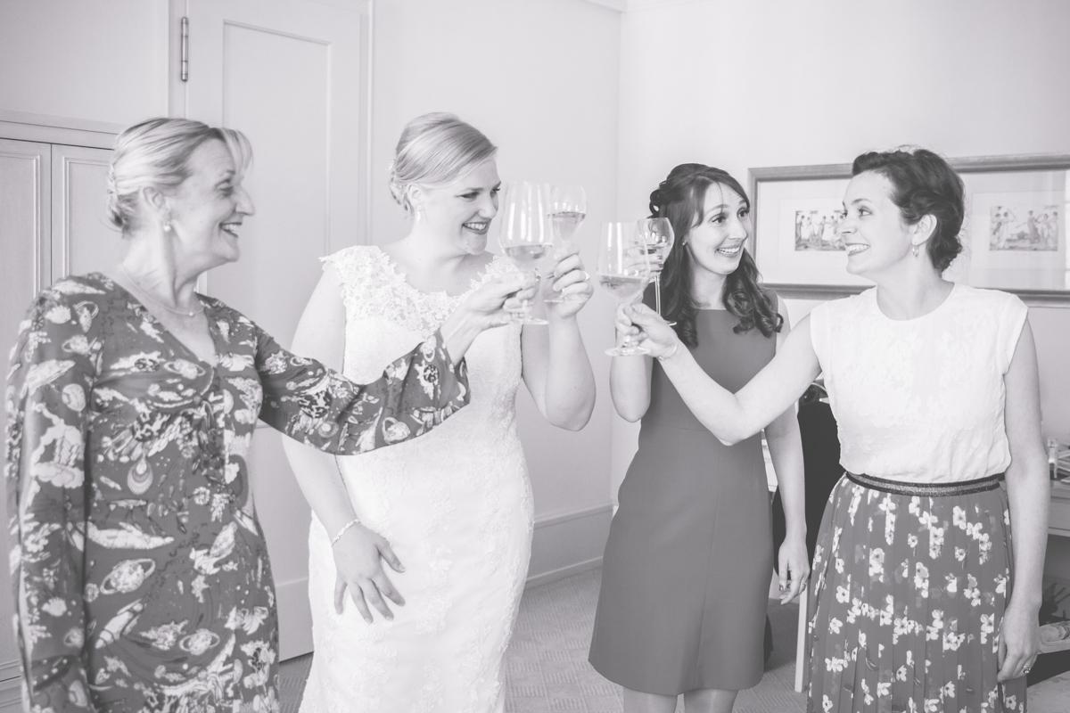 Getting Ready der Braut mit ihren Mädels.