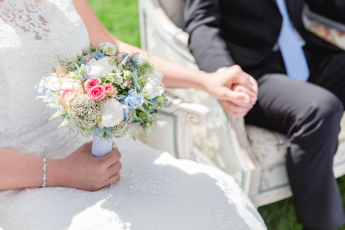 Foto eines Brautpaares während der Trauung.