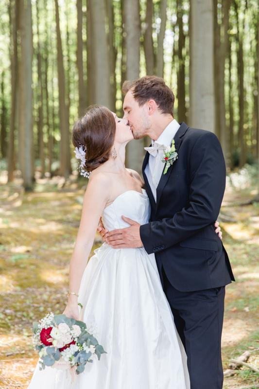 Küssendes Paar im Gespensterwald.