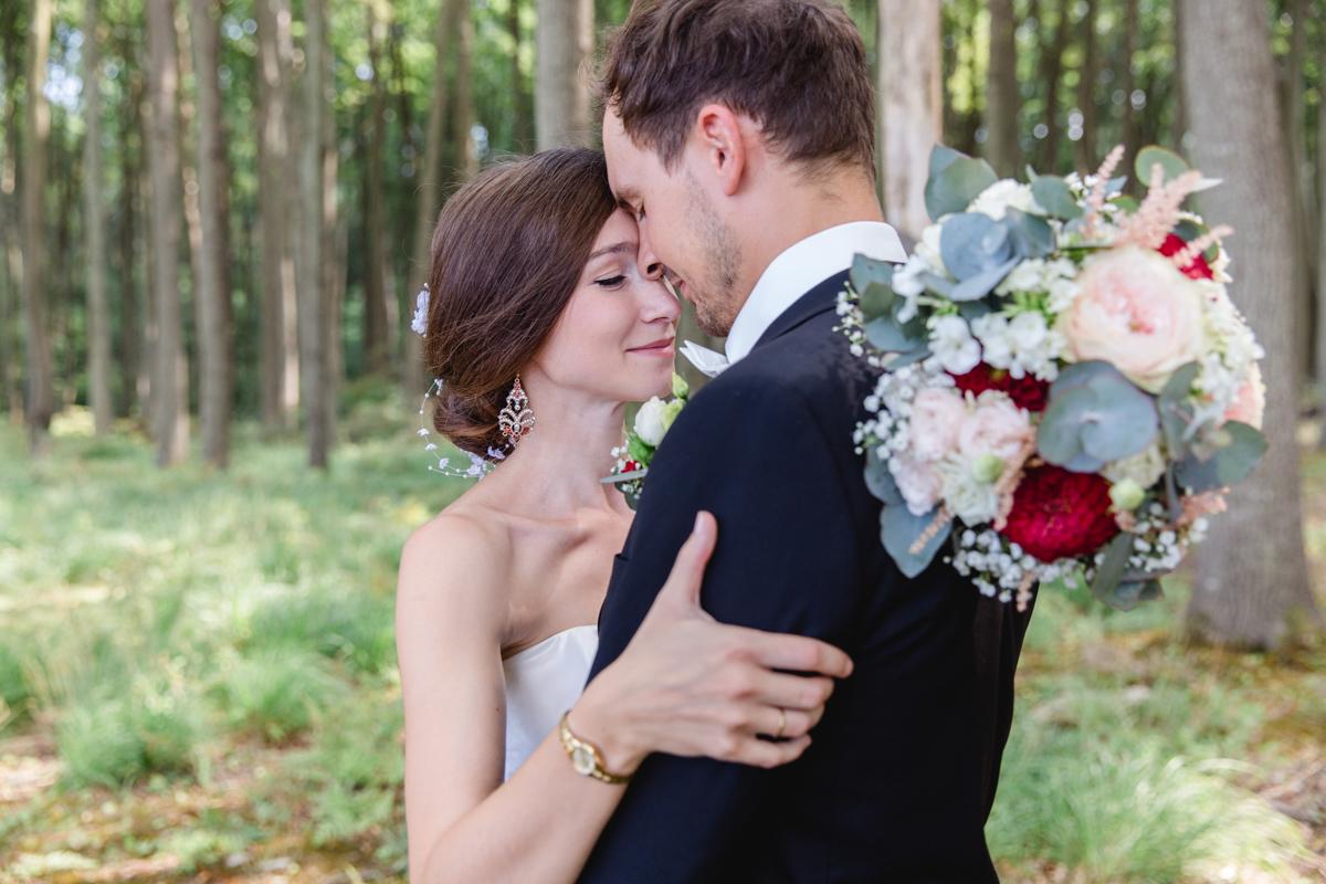 Verliebtes Brautpaar im Wald.