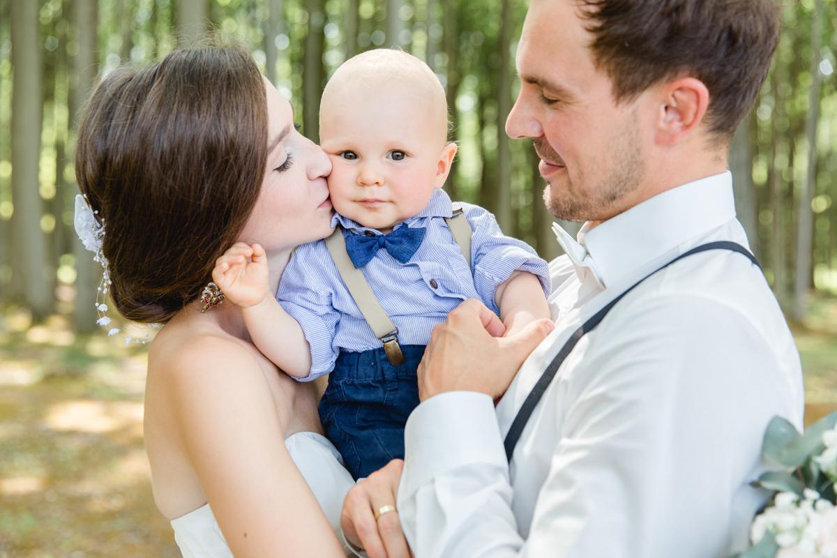 Brautpaarfotoshooting mit Kind.