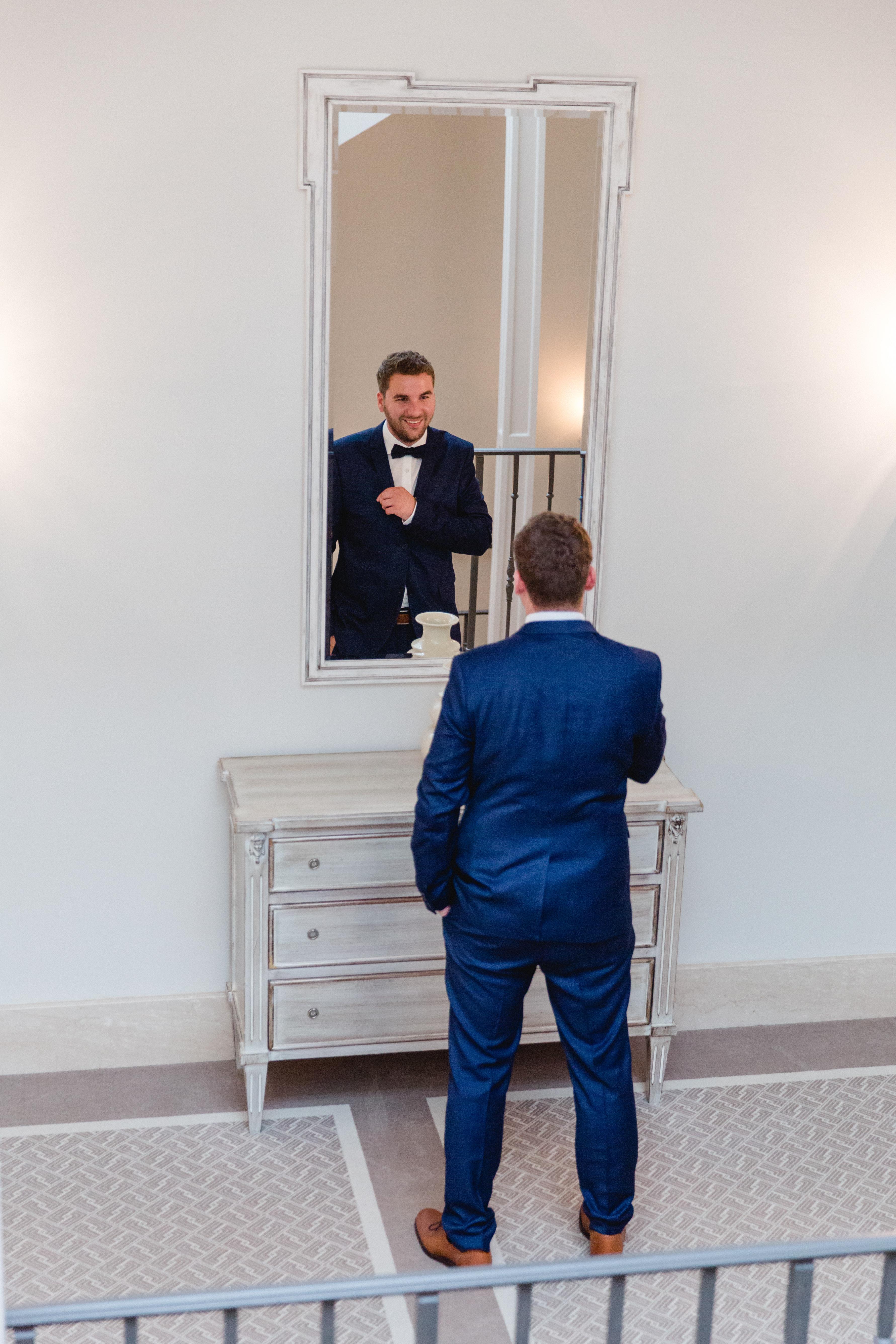 Vorbereitungen des Bräutigams für die Trauung.