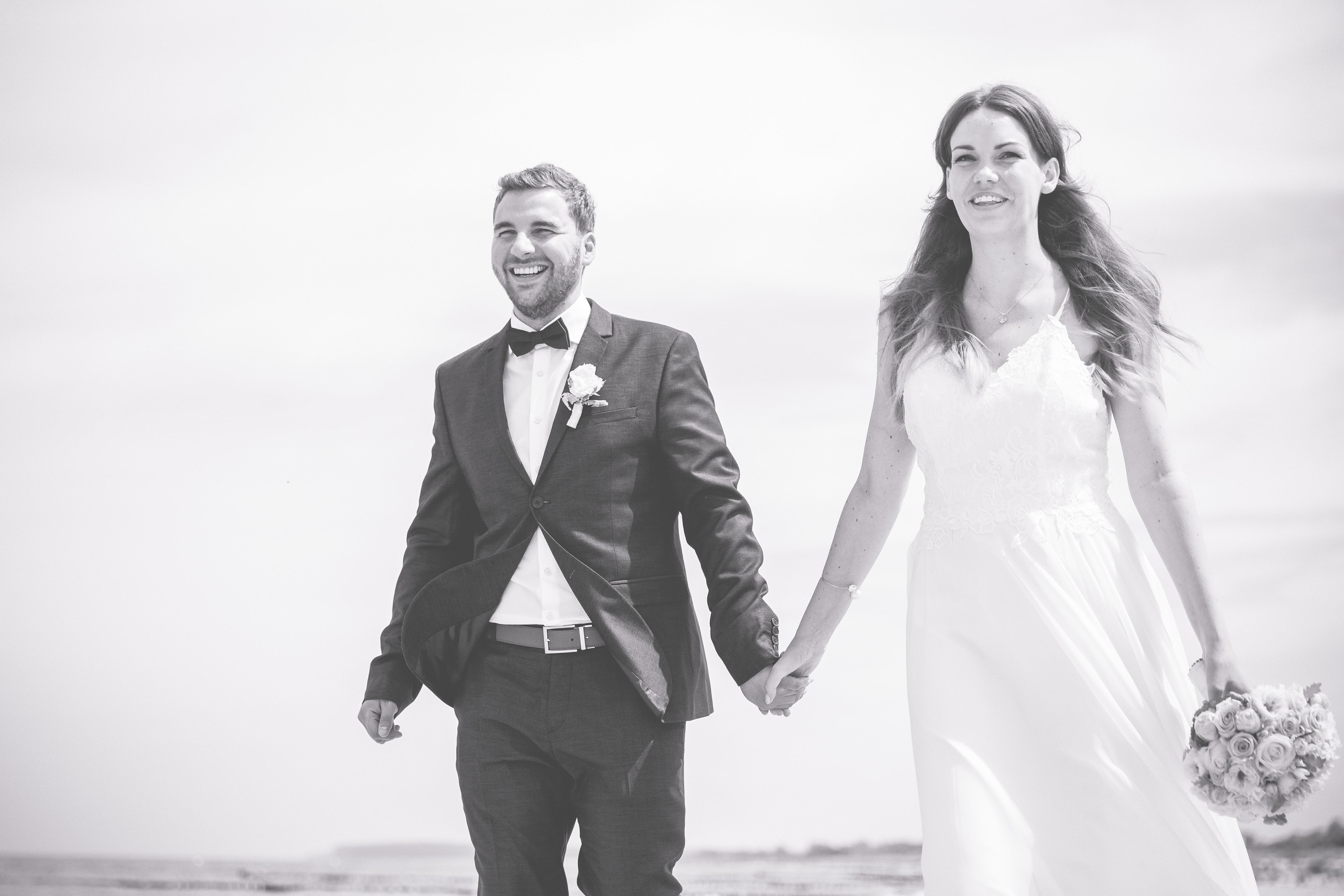 Hochzeitsfoto aufgenommen bei einem Strandspaziergang.