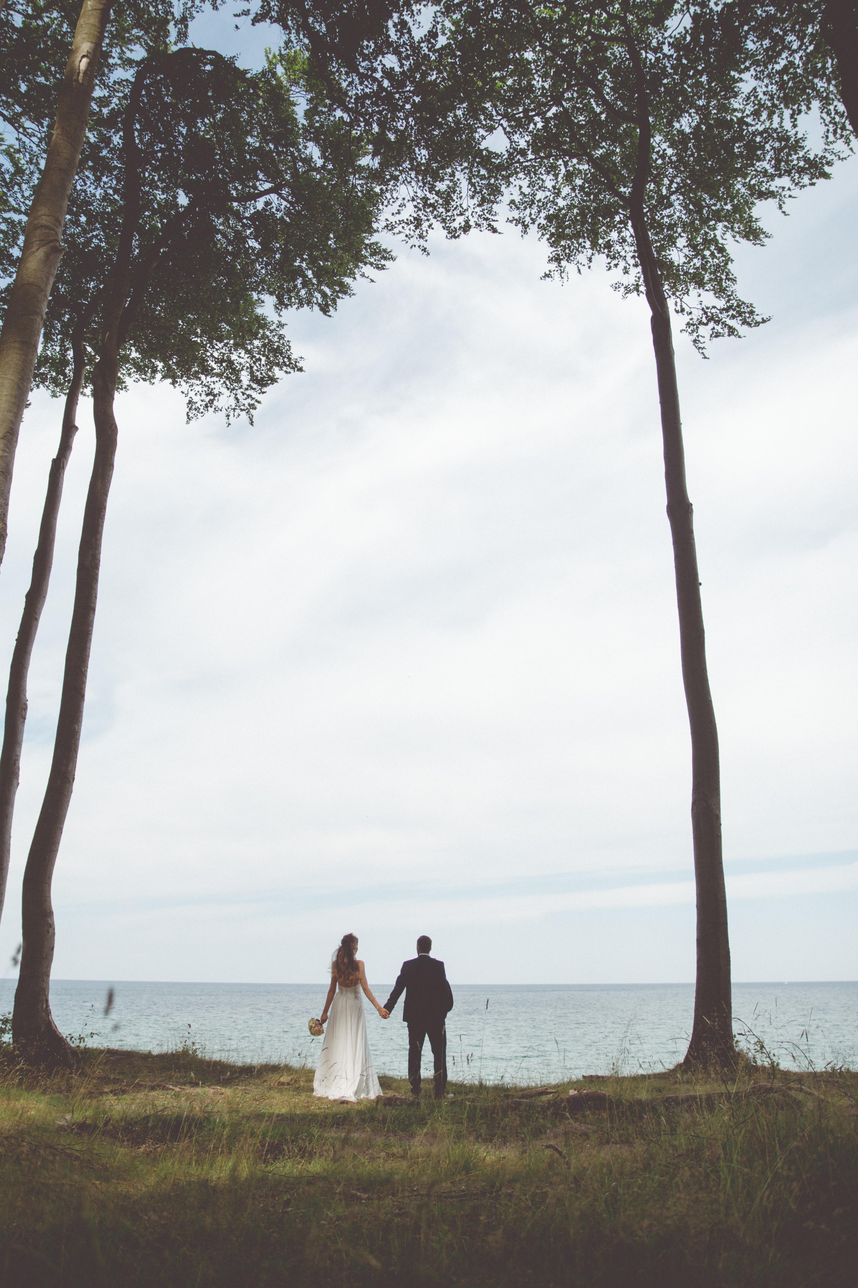 Brautpaar im Wald bei Heiligendamm.