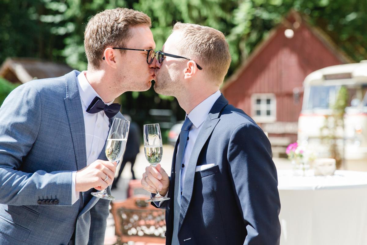 Erster Kuss nach der Trauung.