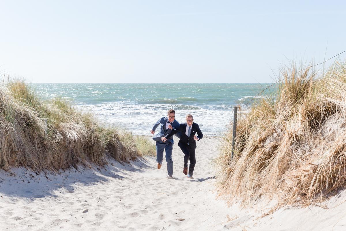 Paarshooting mit zwei Männern am Strand.