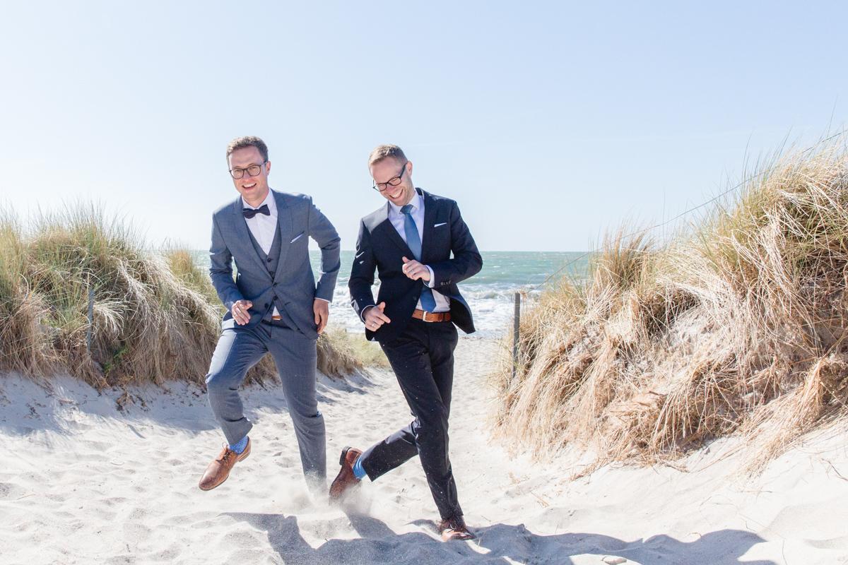 Hochzeitsfotos zweier Männer am Strand.