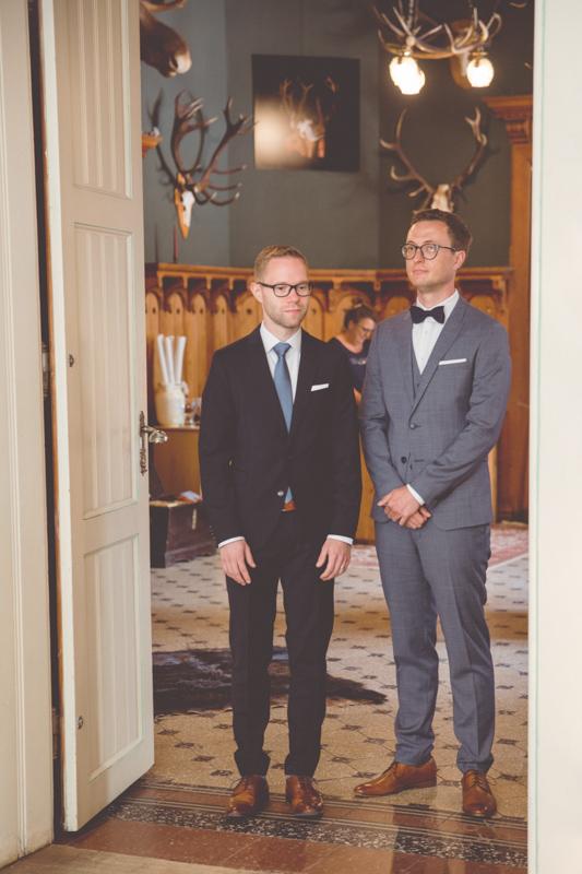 Hochzeit zweier Männer im Jagdschloss.