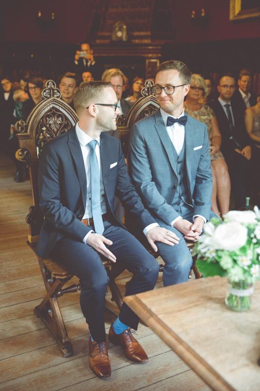 Schwules Paar bei ihrer Trauung.