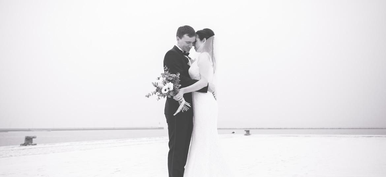 Schwarz weißes Hochzeitsfoto am Hafen von Stralsund aufgenommen.