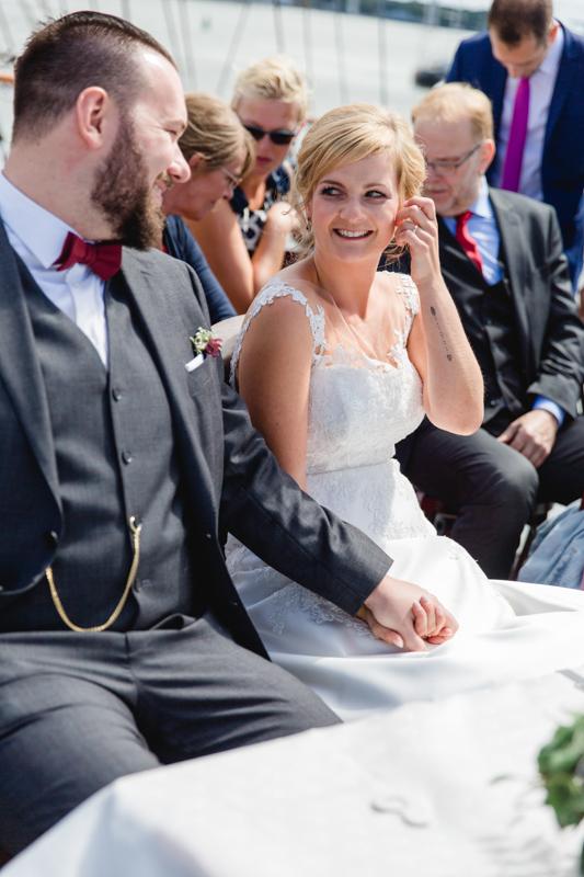 Brautpaar bei der Eheschließung auf der Gorch Fock.