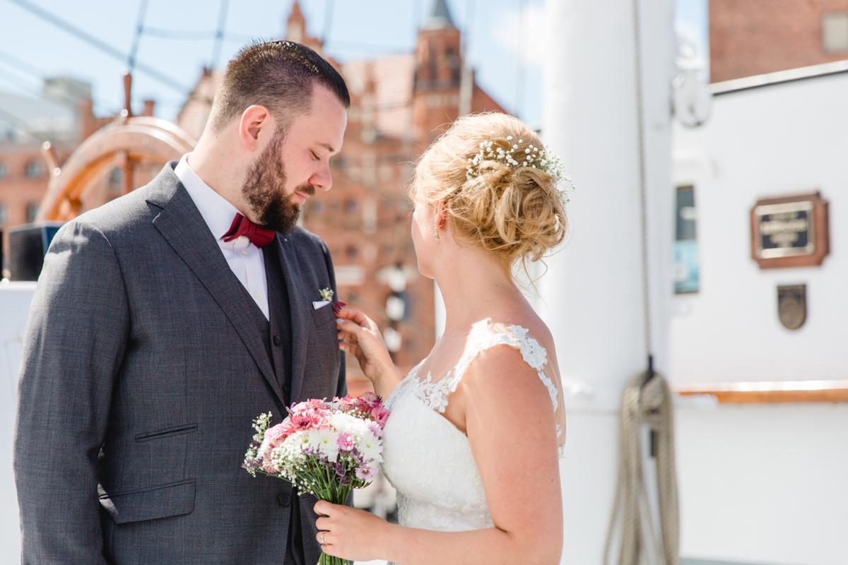 Brautpaar nach der Trauung auf der Gorch Fock.