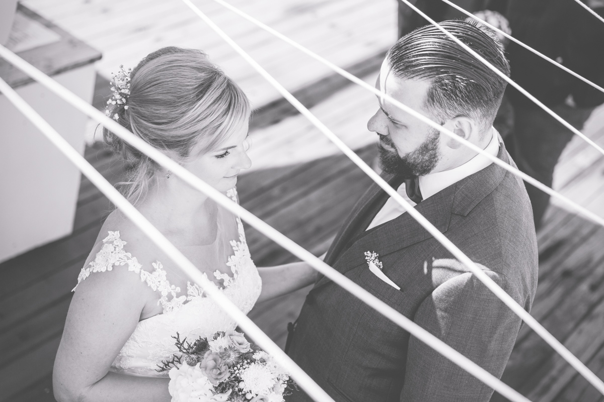 Schwaru weißes Brautpaarfoto.