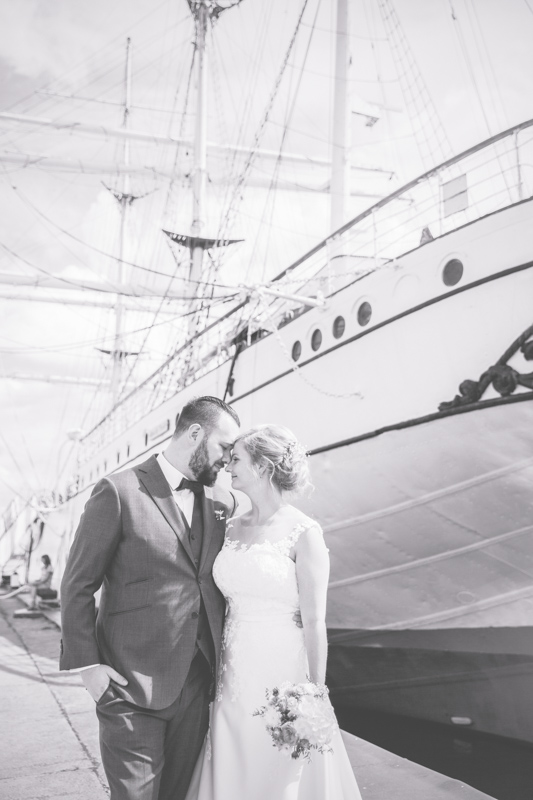 Brautpaar beim Fotoshooting vor der Gorch Fock.