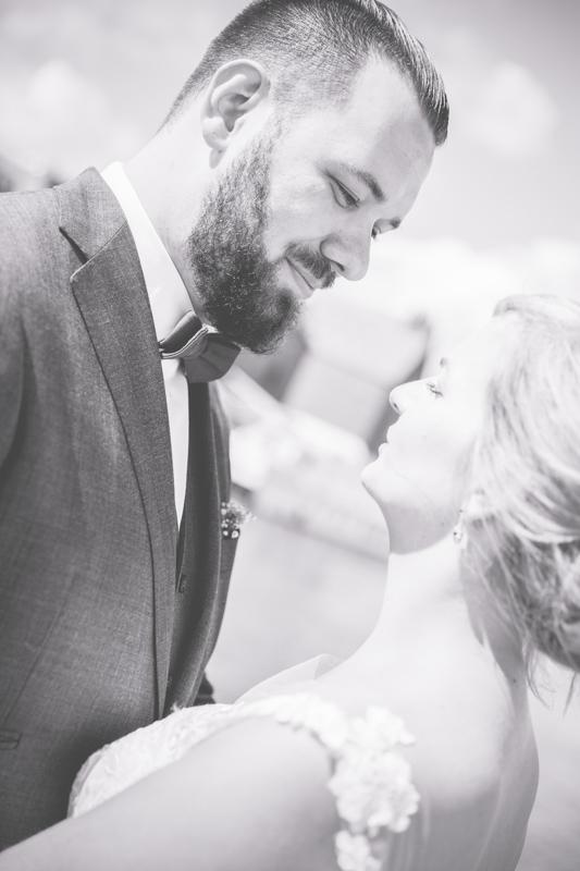 Schwarz weißes Brautpaarfoto.