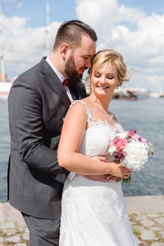 Verliebtes Brautpaar beim Fotoshooting in Stralsund.