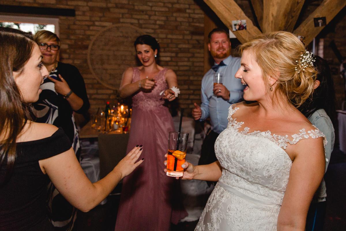 Partystimmung bei der Hochzeitsfeier.