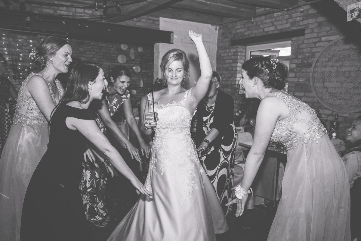 Braut beim Feiern.