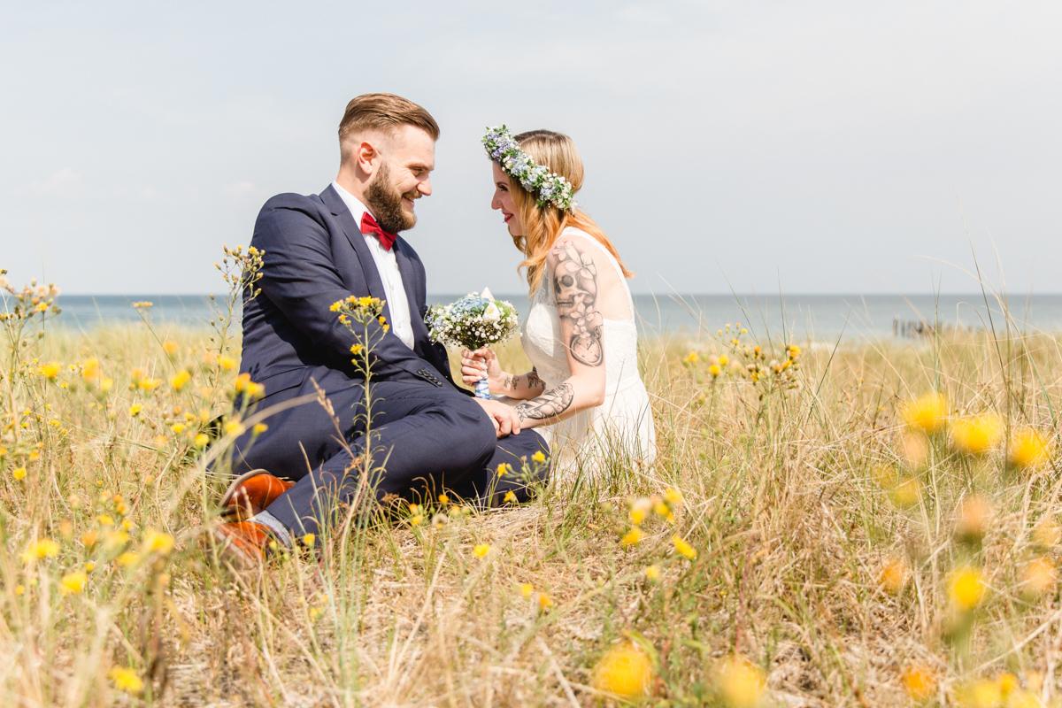 Brautpaarfotoshooting in den blühenden Dünen.
