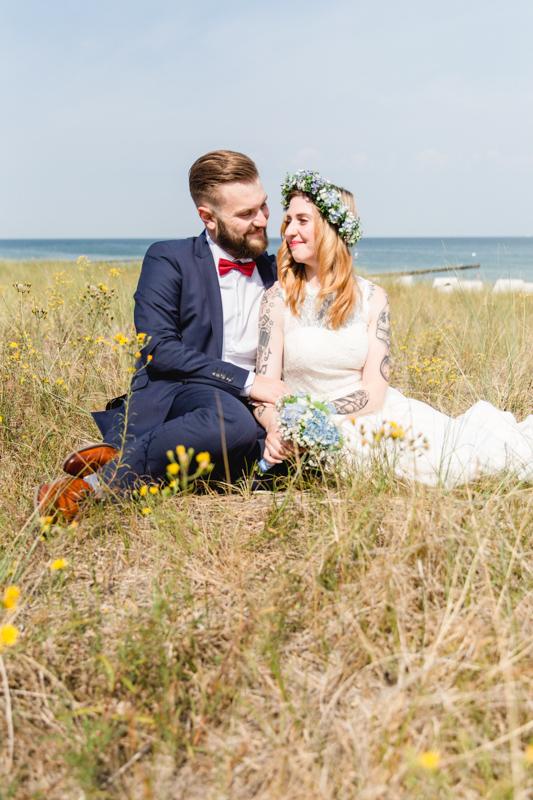 Verliebtes Brautpaar in den Dünen.