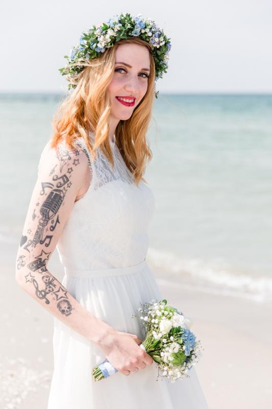 Tätowierte Braut beim Fotoshooting.