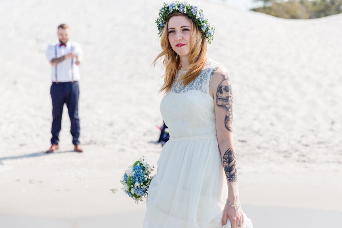 Tätowierte Braut mit Bräutigam am Strand.