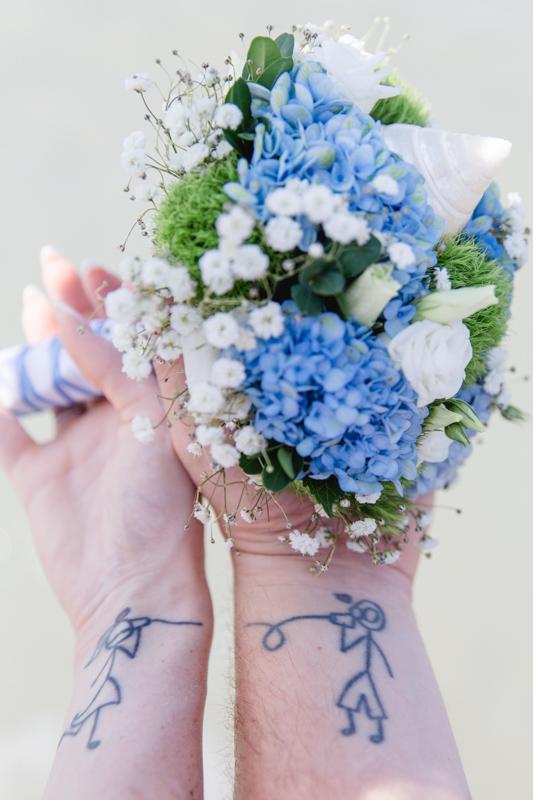 Hochzeitsfoto vom Brautstrauß mit Tatto.