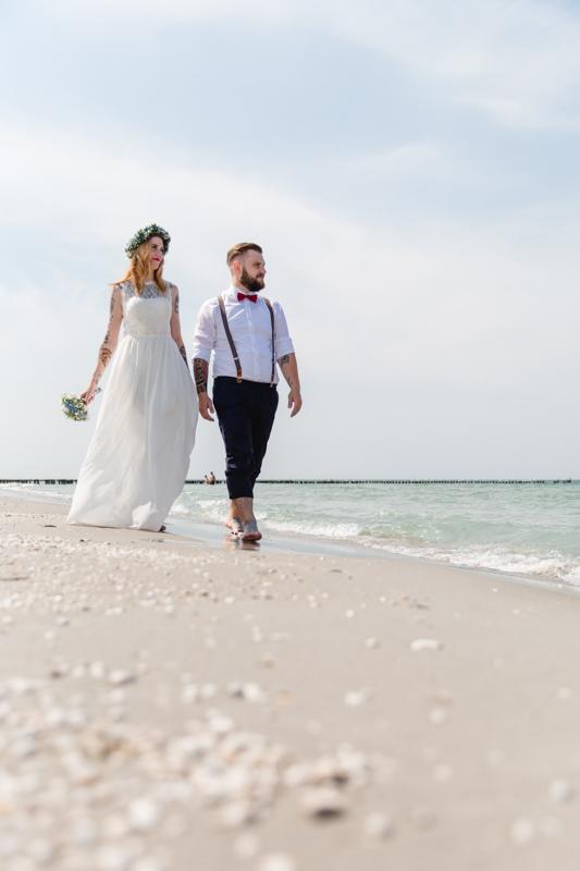 Strandspaziergang im Hochzeitsoutfit.