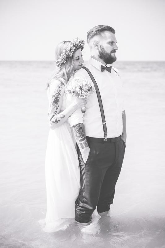 Tätowiertes Brautpaar beim Fotoshooting.