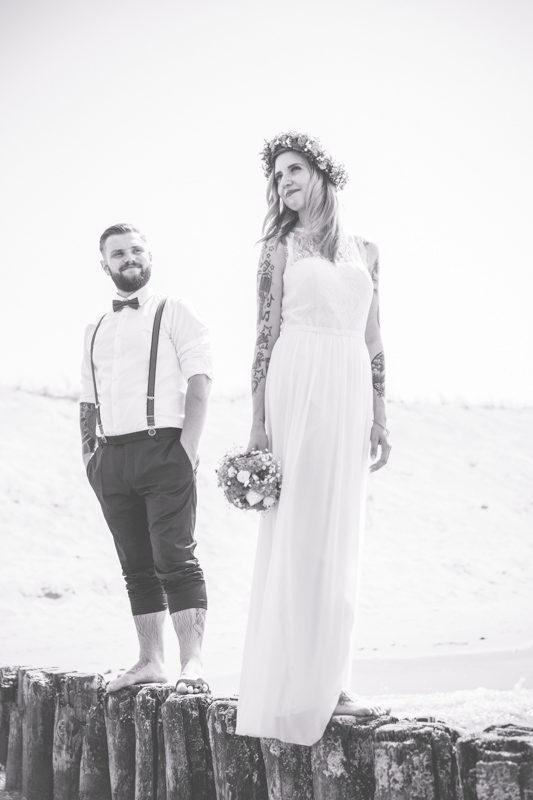 Junges, tätowiertes Brautpaar beim Fotoshooting.