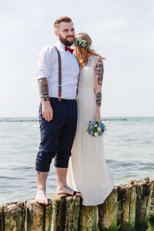 Tätowiertes, junges Brautpaar beim Fotoshooting.