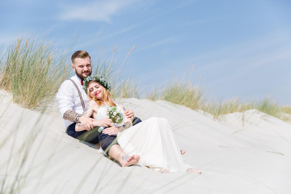 Brautpaar inmitten der Düne.