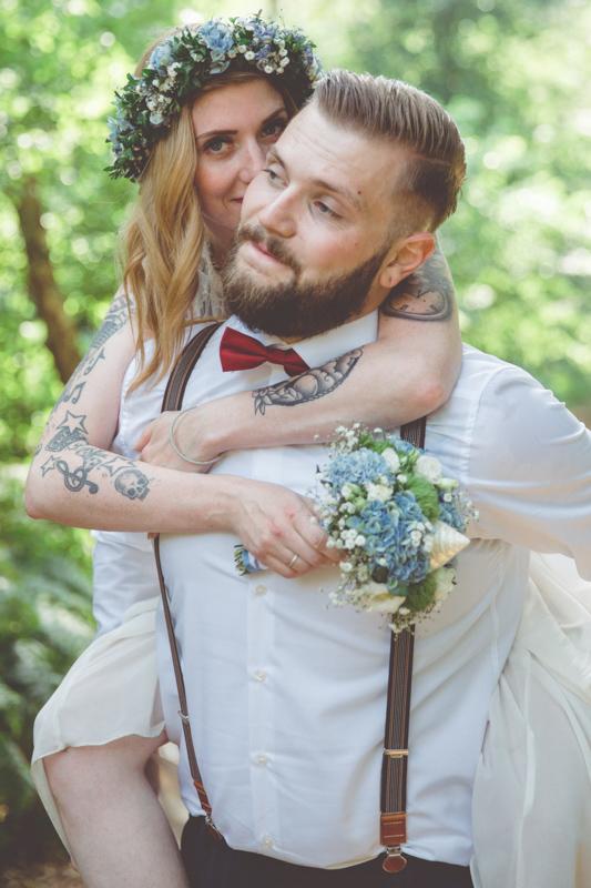 Wild, jung und tätowiertes Brautpaar.