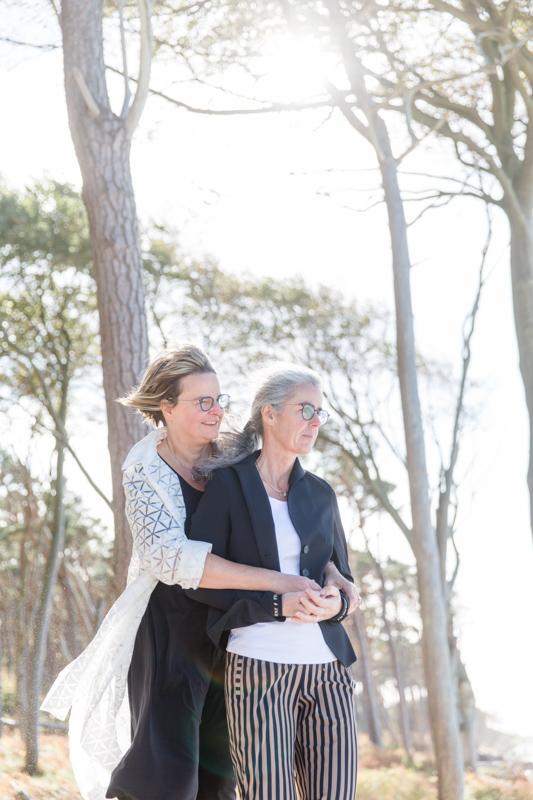 Lesbische Hochzeitsfotos aufgenommen an der Ostsee.
