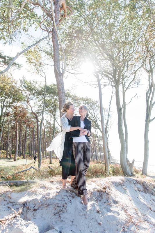 Fotoshooting am Weststrand mit gleichgeschlechtlichem Paar.