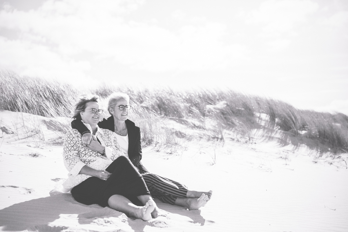 Brautpaarshooting am Strand mit zwei Frauen.