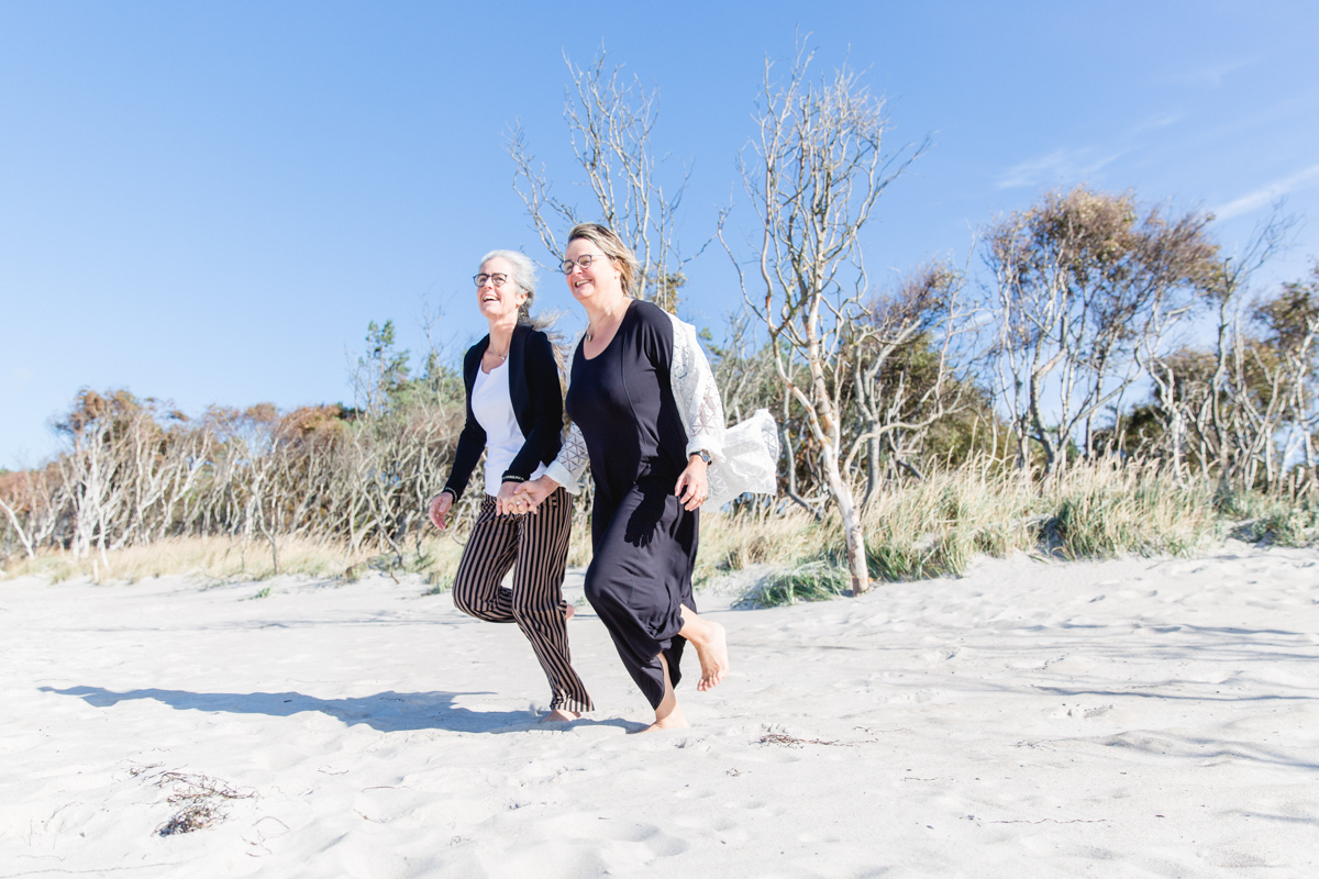 Fotoshooting mit zwei Frauen am Strand.